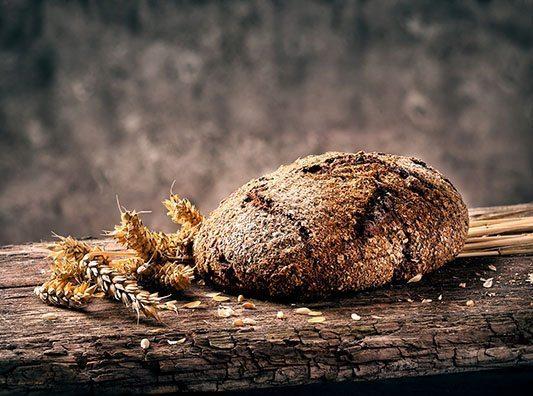 Pełnoziarnisty chleb to doskonałe źródło węglowodanów złożonych.